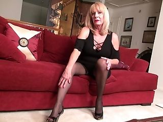 Matures Inexperienced Blonde Cougar Rae Exposes Her Ravishing Kinks